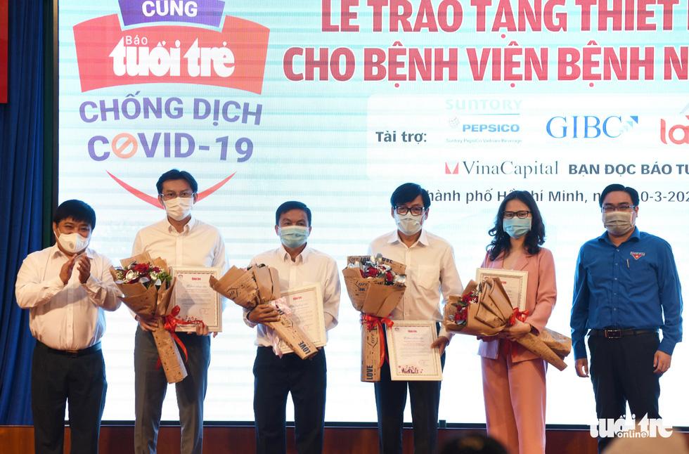 Báo Tuổi Trẻ trao tặng thiết bị y tế trị giá 6,5 tỉ đồng cho Bệnh viện Bệnh nhiệt đới TP.HCM - Ảnh 5.