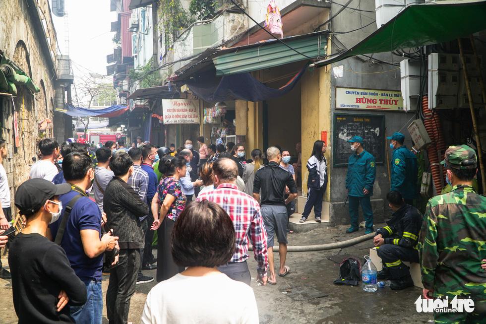 Cháy nhà trong ngõ sâu phố cổ Hà Nội, người dân tháo chạy - Ảnh 1.