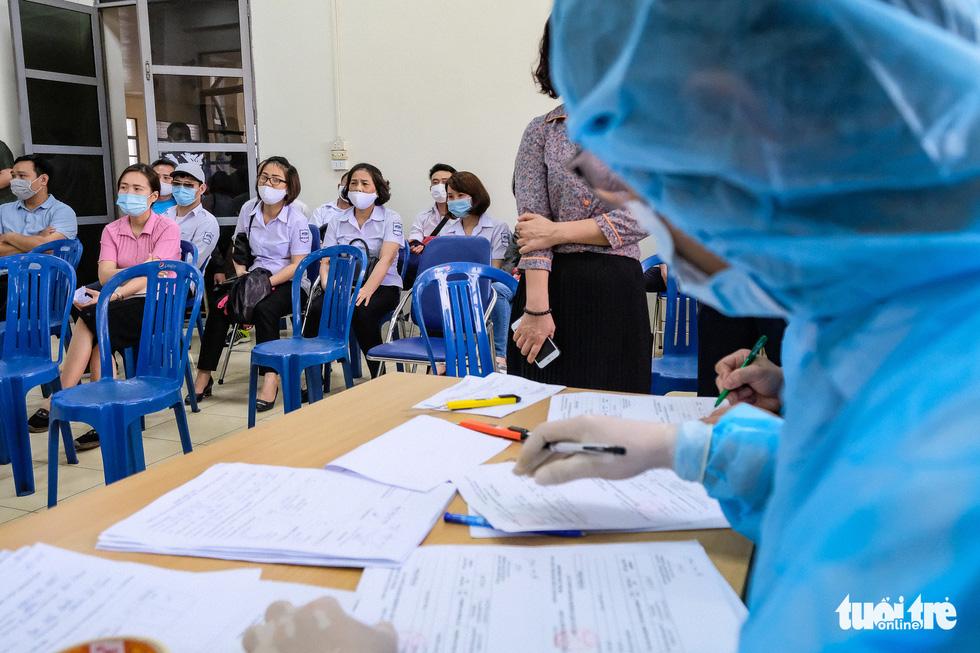 Hà Nội xét nghiệm nhanh COVID-19 cho 4.000 người nguy cơ cao - Ảnh 7.