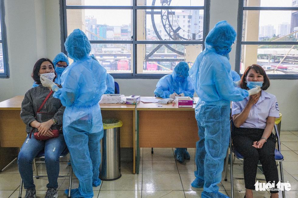 Hà Nội xét nghiệm nhanh COVID-19 cho 4.000 người nguy cơ cao - Ảnh 3.