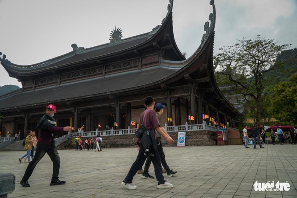 Bất chấp cảnh báo, nhiều người vào chùa Tam Chúc vẫn không đeo khẩu trang - Ảnh 5.