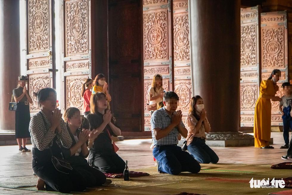 Bất chấp cảnh báo, nhiều người vào chùa Tam Chúc vẫn không đeo khẩu trang - Ảnh 6.