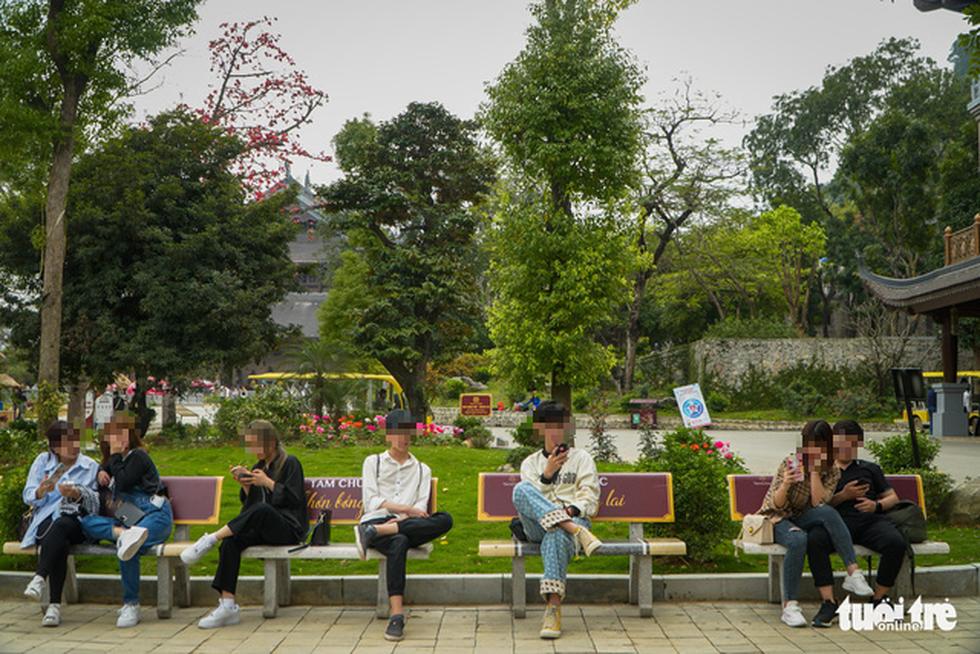 Bất chấp cảnh báo, nhiều người vào chùa Tam Chúc vẫn không đeo khẩu trang - Ảnh 7.