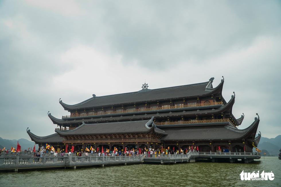 Bất chấp cảnh báo, nhiều người vào chùa Tam Chúc vẫn không đeo khẩu trang - Ảnh 1.