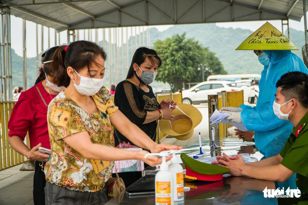 Bất chấp cảnh báo, nhiều người vào chùa Tam Chúc vẫn không đeo khẩu trang - Ảnh 3.