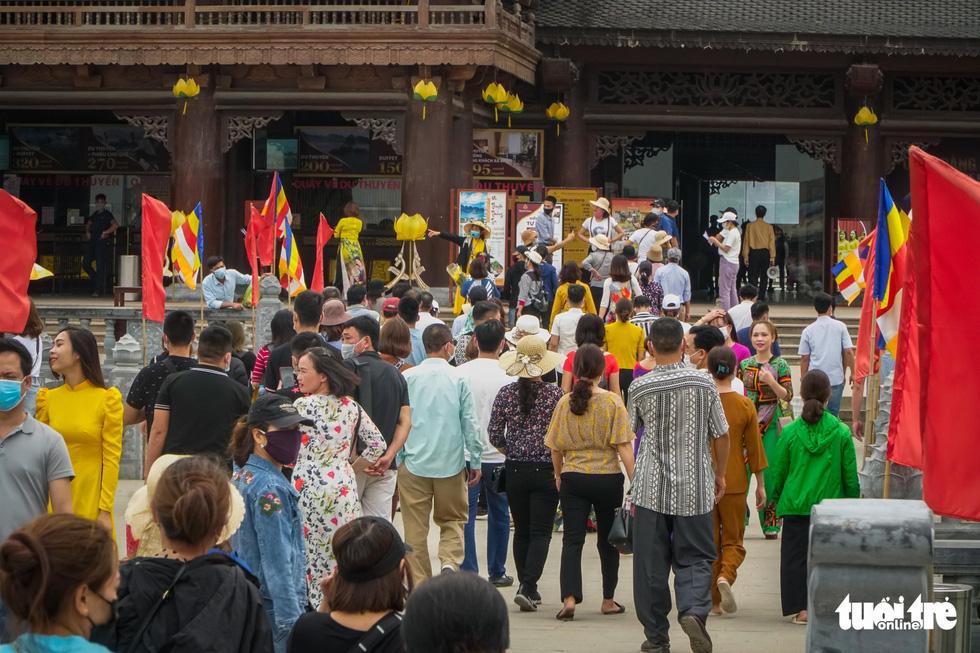 Bất chấp cảnh báo, nhiều người vào chùa Tam Chúc vẫn không đeo khẩu trang - Ảnh 2.