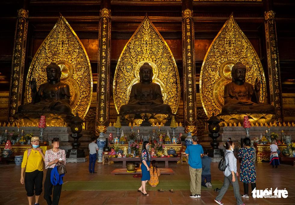 Bất chấp cảnh báo, nhiều người vào chùa Tam Chúc vẫn không đeo khẩu trang - Ảnh 8.