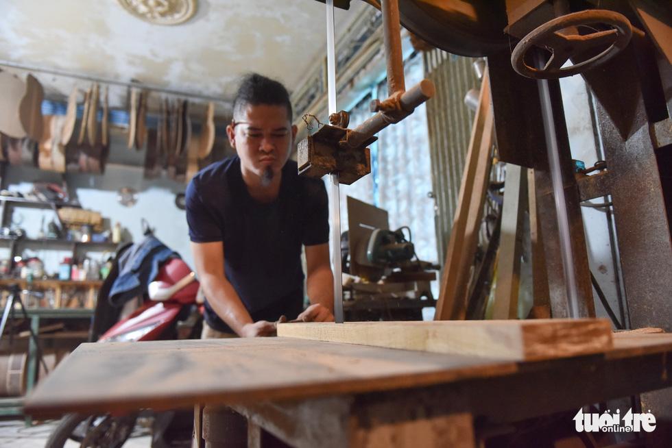 Đôi vợ chồng Sài Gòn 15 năm làm đàn handmade - Ảnh 2.