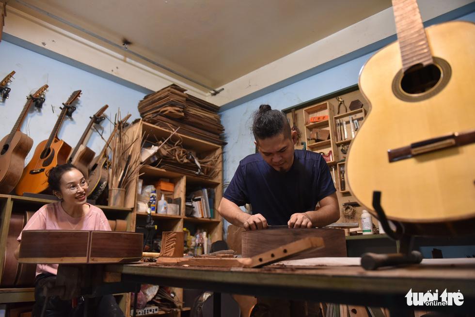 Đôi vợ chồng Sài Gòn 15 năm làm đàn handmade - Ảnh 1.