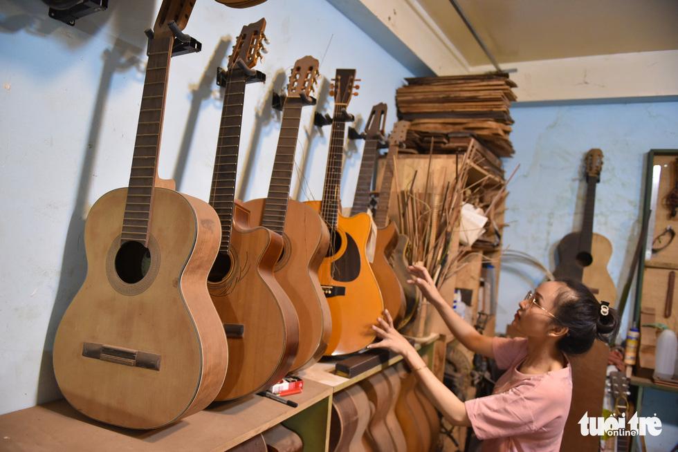 Đôi vợ chồng Sài Gòn 15 năm làm đàn handmade - Ảnh 9.