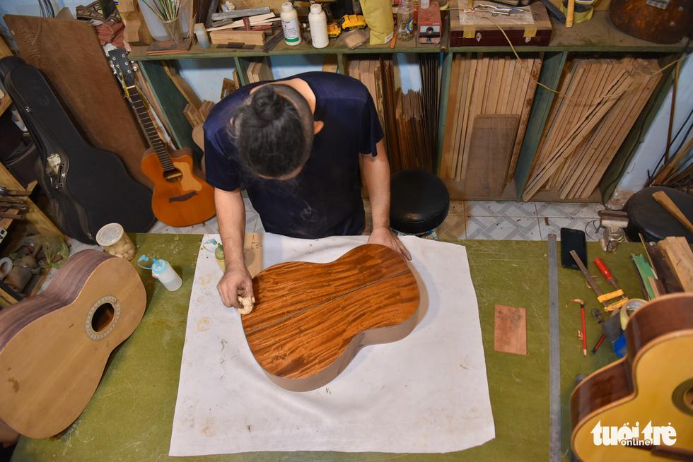 Đôi vợ chồng Sài Gòn 15 năm làm đàn handmade - Ảnh 8.
