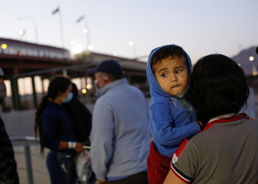 Khủng hoảng nhập cư lậu, quan chức Nhà Trắng nói Mỹ sẽ 'mạnh tay hơn' - Ảnh 3.