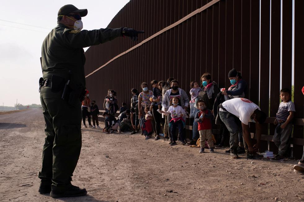 Khủng hoảng nhập cư lậu, quan chức Nhà Trắng nói Mỹ sẽ 'mạnh tay hơn' - Ảnh 1.