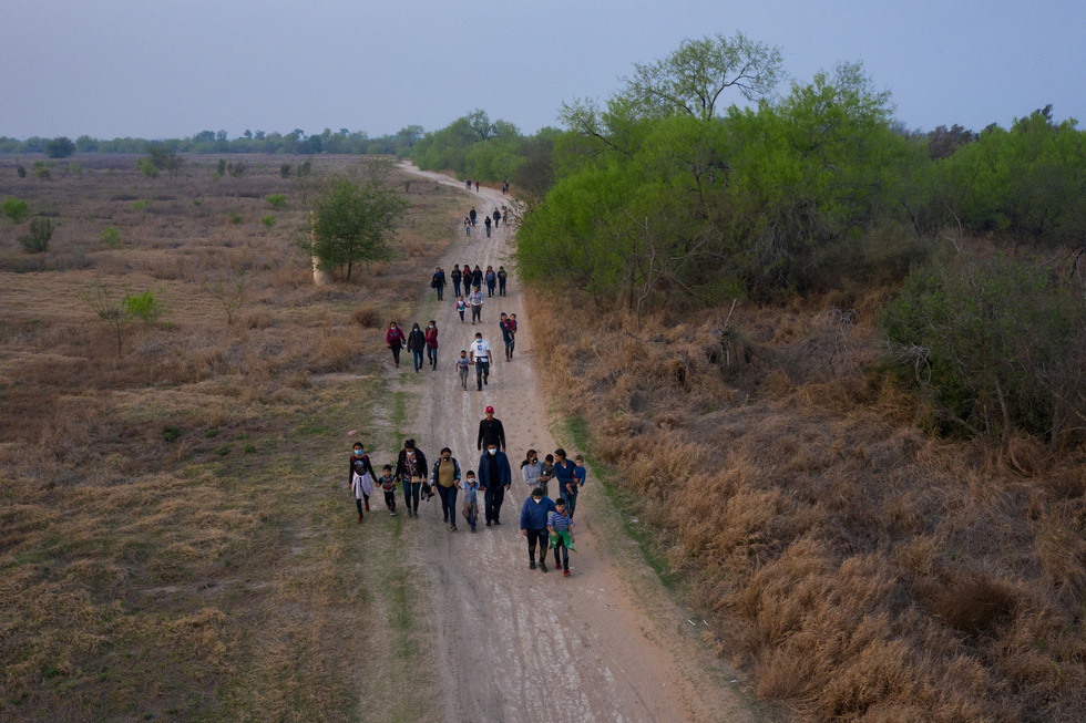 Khủng hoảng nhập cư lậu, quan chức Nhà Trắng nói Mỹ sẽ 'mạnh tay hơn' - Ảnh 4.