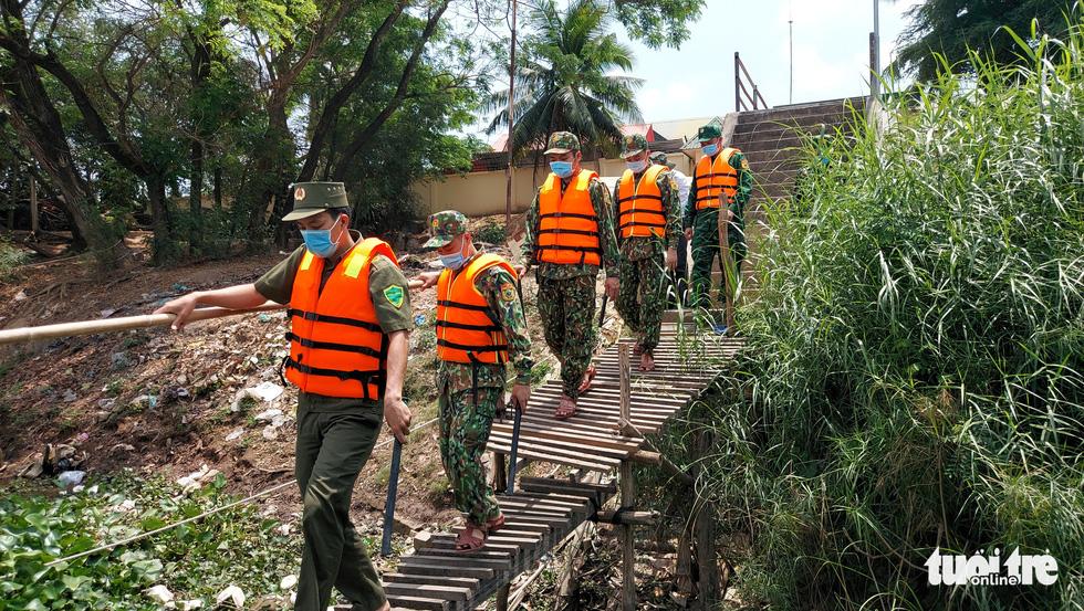 Chia nhỏ quân 'siết' biên giới Campuchia để ngăn dịch COVID-19 - Ảnh 1.