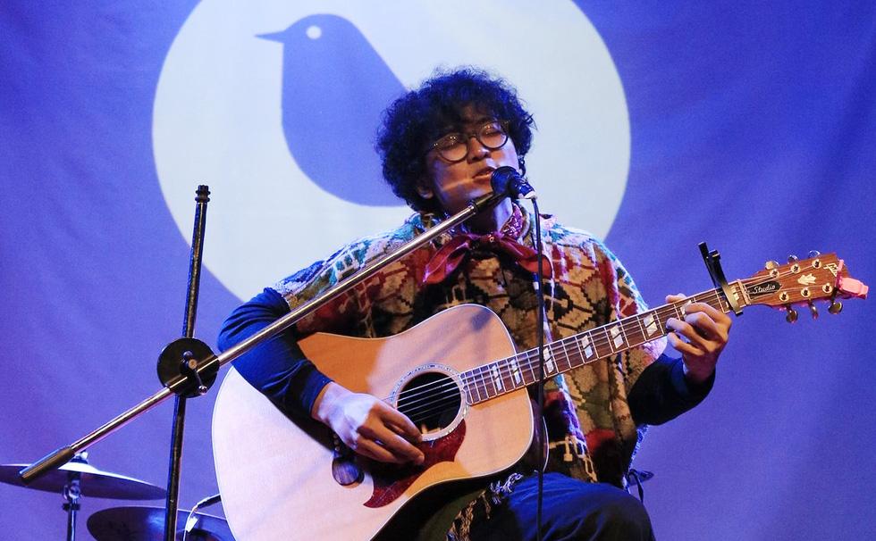 Tùng: Con chim trên cành hát về tình yêu - Ảnh 1.
