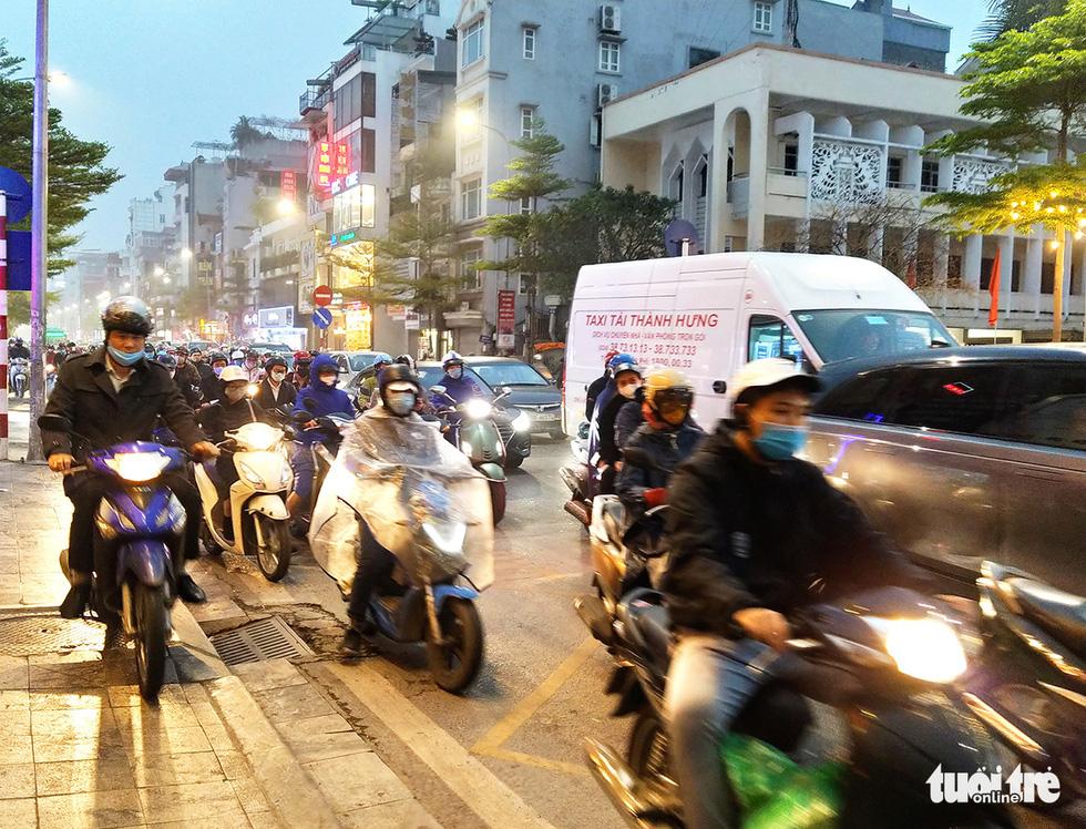 Mưa phùn kéo dài giờ tan tầm, người Hà Nội lại gặp cảnh nhích từng bước - Ảnh 2.