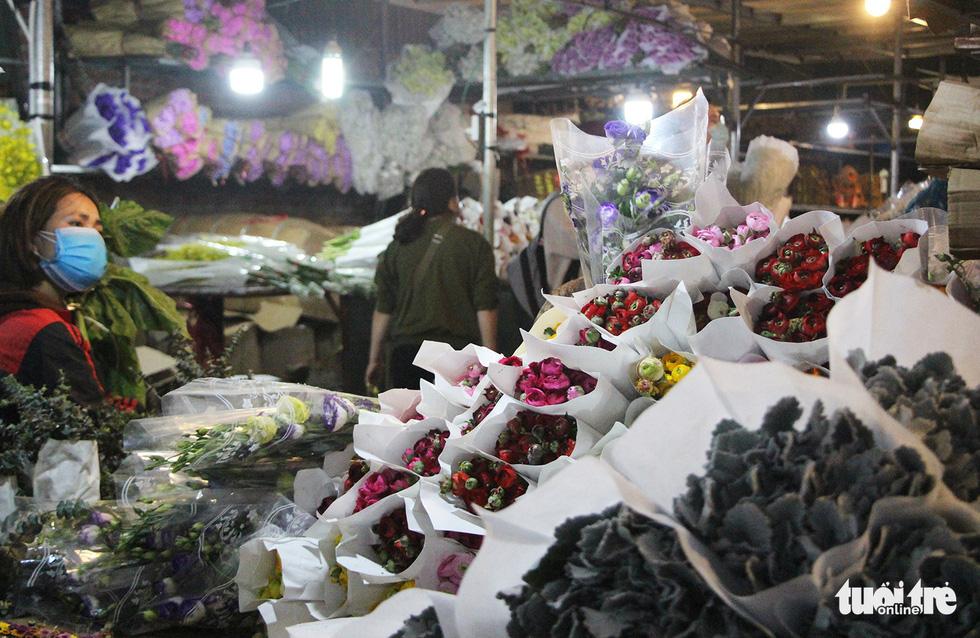 Chợ hoa lớn nhất Hà Nội đắt khách cận ngày 8-3 - Ảnh 3.