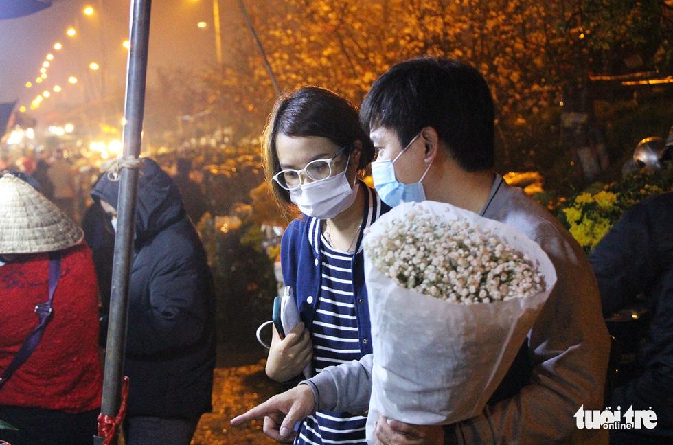 Chợ hoa lớn nhất Hà Nội đắt khách cận ngày 8-3 - Ảnh 5.