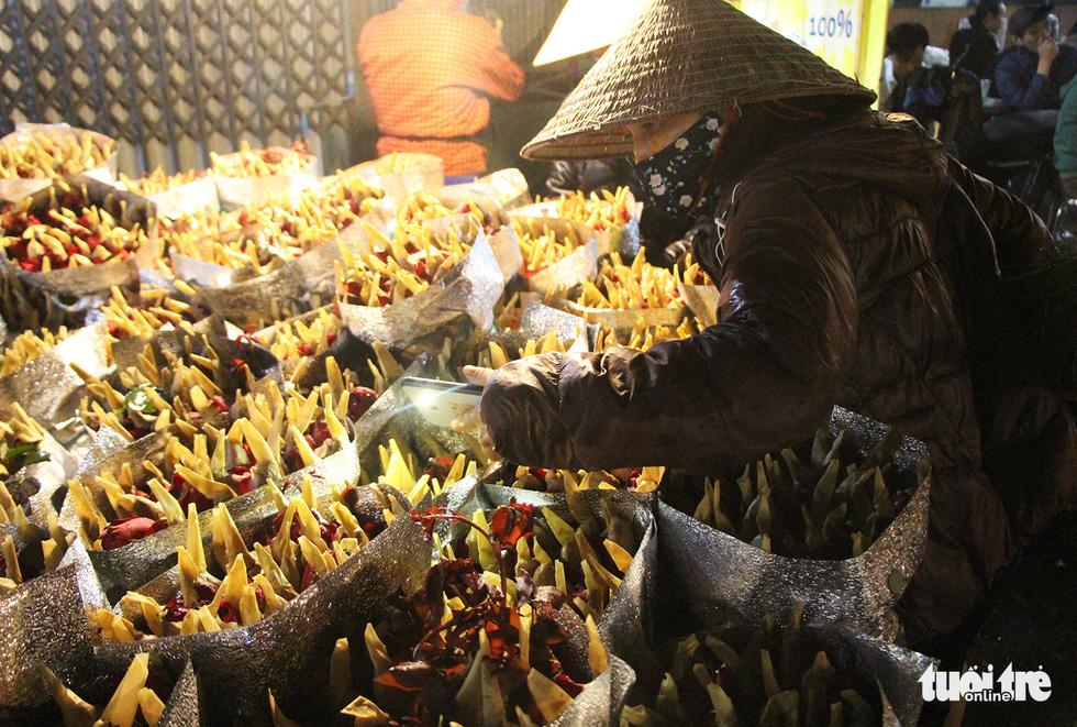 Chợ hoa lớn nhất Hà Nội đắt khách cận ngày 8-3 - Ảnh 6.