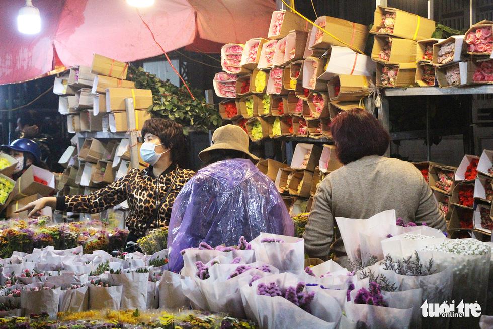 Chợ hoa lớn nhất Hà Nội đắt khách cận ngày 8-3 - Ảnh 7.