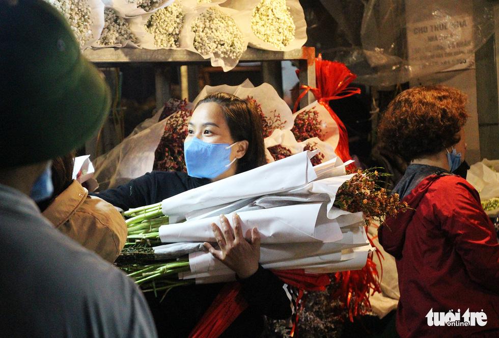 Chợ hoa lớn nhất Hà Nội đắt khách cận ngày 8-3 - Ảnh 1.