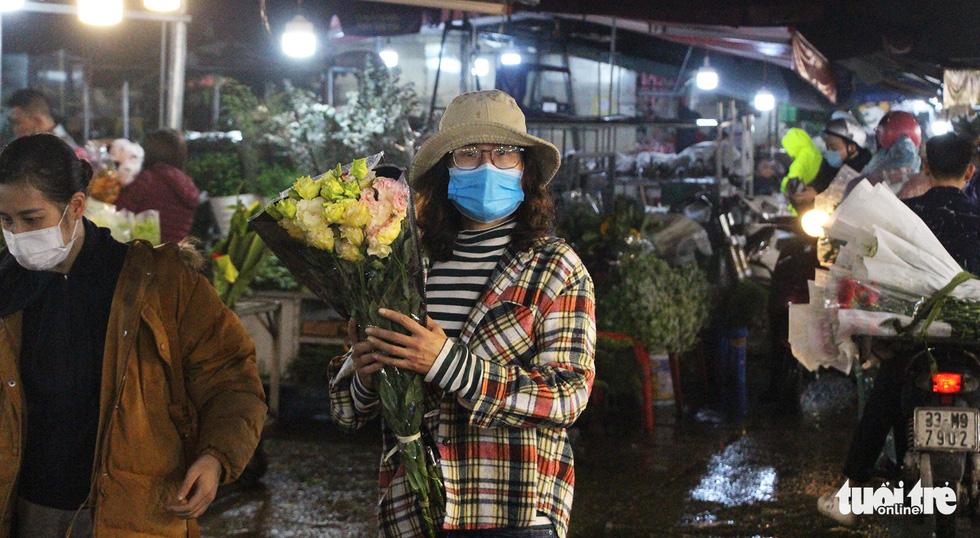 Chợ hoa lớn nhất Hà Nội đắt khách cận ngày 8-3 - Ảnh 4.