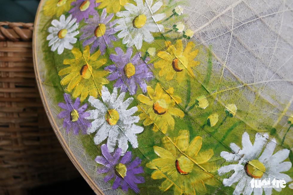 Nón lá, túi xách, ví từ lá sen, cỏ bàng được tô điểm thành sản phẩm ăn tiền - Ảnh 2.