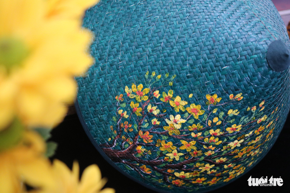 Nón lá, túi xách, ví từ lá sen, cỏ bàng được tô điểm thành sản phẩm ăn tiền - Ảnh 3.