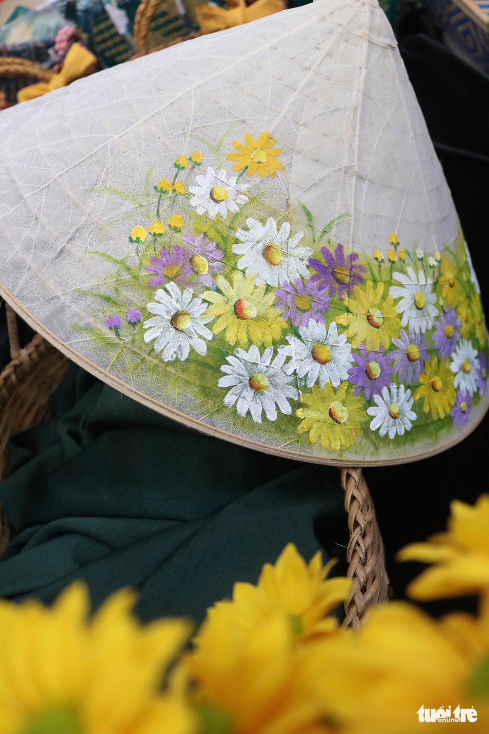 Nón lá, túi xách, ví từ lá sen, cỏ bàng được tô điểm thành sản phẩm ăn tiền - Ảnh 4.