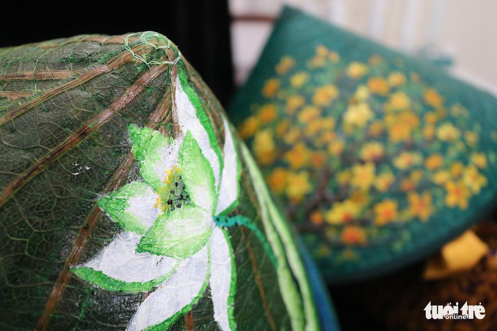 Nón lá, túi xách, ví từ lá sen, cỏ bàng được tô điểm thành sản phẩm ăn tiền - Ảnh 5.