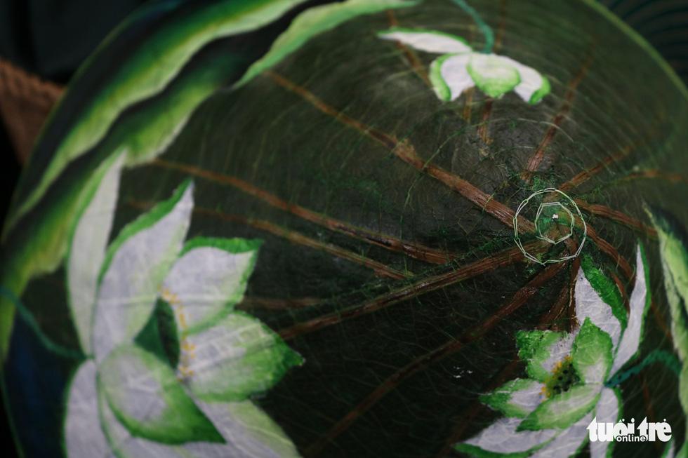 Nón lá, túi xách, ví từ lá sen, cỏ bàng được tô điểm thành sản phẩm ăn tiền - Ảnh 6.