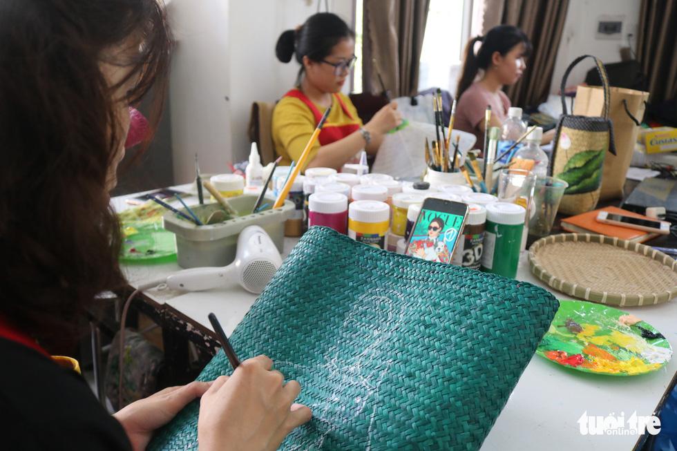 Nón lá, túi xách, ví từ lá sen, cỏ bàng được tô điểm thành sản phẩm ăn tiền - Ảnh 9.