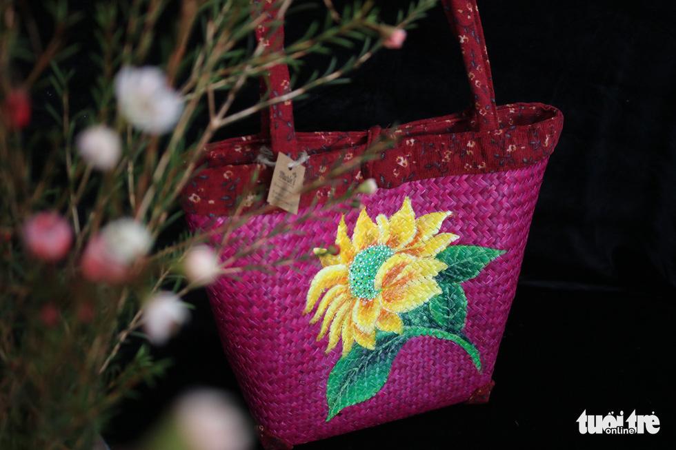 Nón lá, túi xách, ví từ lá sen, cỏ bàng được tô điểm thành sản phẩm ăn tiền - Ảnh 10.