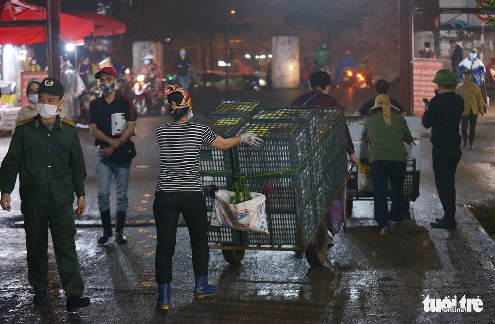 Ngày 8-3 của những nữ cửu vạn chợ Long Biên - Ảnh 2.