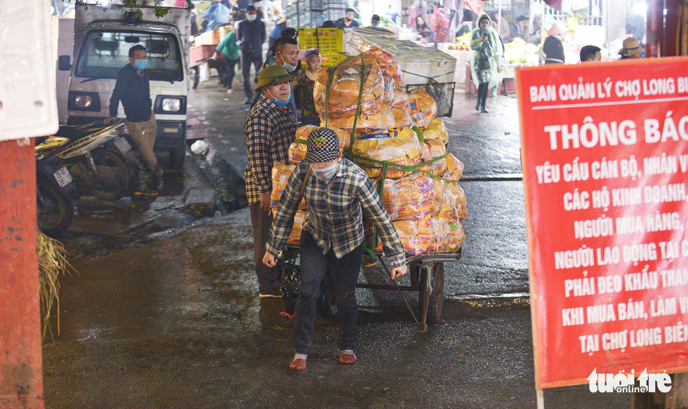 Ngày 8-3 của những nữ cửu vạn chợ Long Biên - Ảnh 3.