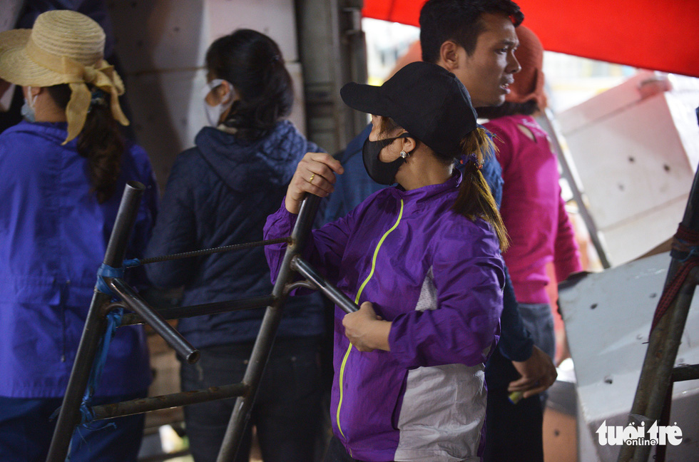 Ngày 8-3 của những nữ cửu vạn chợ Long Biên - Ảnh 4.