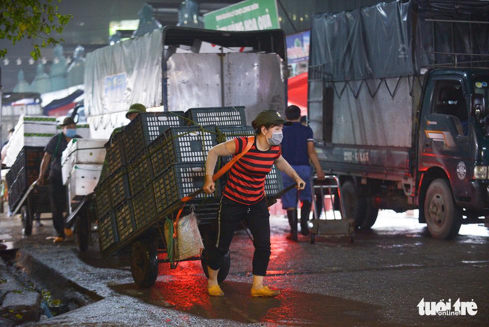 Ngày 8-3 của những nữ cửu vạn chợ Long Biên - Ảnh 6.