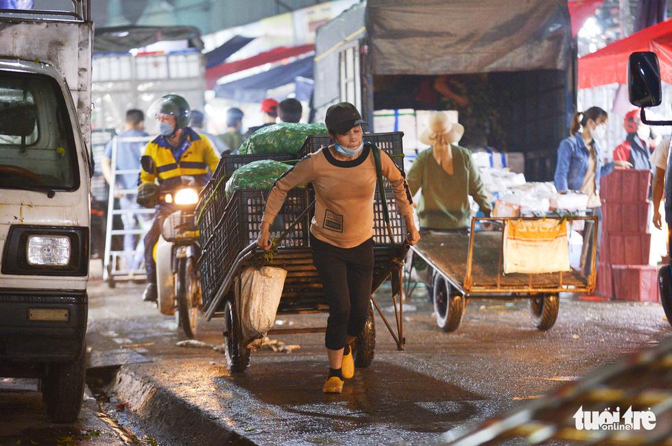 Ngày 8-3 của những nữ cửu vạn chợ Long Biên - Ảnh 7.