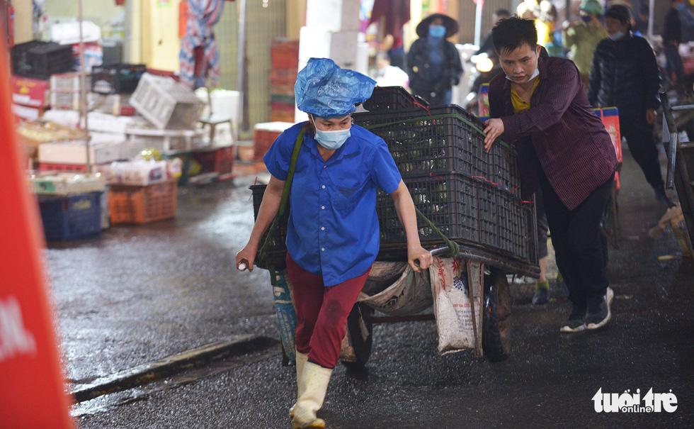 Ngày 8-3 của những nữ cửu vạn chợ Long Biên - Ảnh 8.