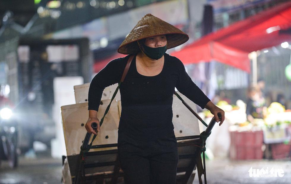 Ngày 8-3 của những nữ cửu vạn chợ Long Biên - Ảnh 1.
