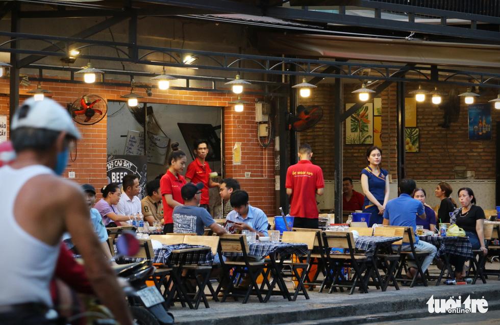 Hàng quán Sài Gòn mở cửa, không quên COVID-19 - Ảnh 4.