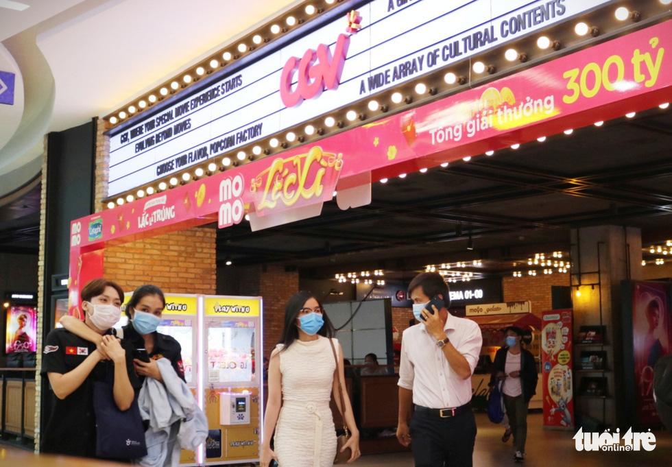 Hàng quán Sài Gòn mở cửa, không quên COVID-19 - Ảnh 2.