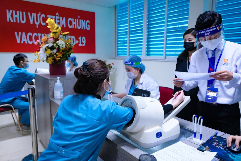 Bệnh viện đầu tiên tại Hà Nội tiêm vắc xin COVID-19 cho 30 người - Ảnh 2.