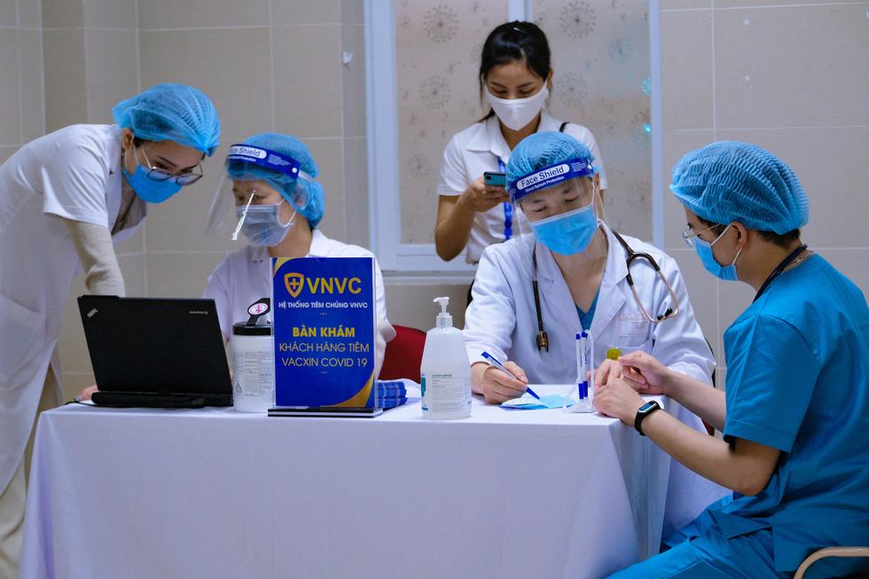Bệnh viện đầu tiên tại Hà Nội tiêm vắc xin COVID-19 cho 30 người - Ảnh 3.