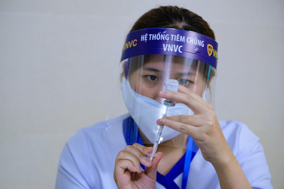 Bệnh viện đầu tiên tại Hà Nội tiêm vắc xin COVID-19 cho 30 người - Ảnh 5.