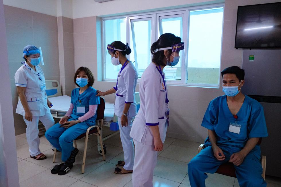 Bệnh viện đầu tiên tại Hà Nội tiêm vắc xin COVID-19 cho 30 người - Ảnh 8.