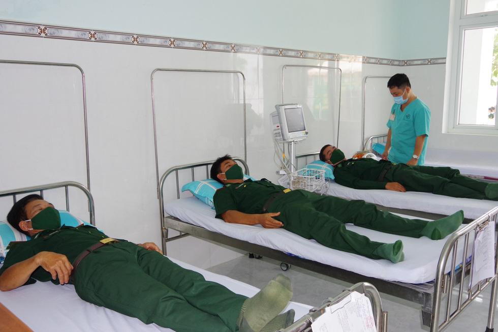 Tiêm vắc xin COVID-19 cho chiến sĩ biên phòng 6 tỉnh Tây Nam chống dịch - Ảnh 4.