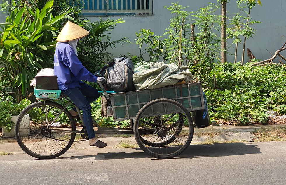 Đánh giày, bán nước mía, nước sâm... kiếm miếng ăn dưới trời nắng nóng - Ảnh 4.