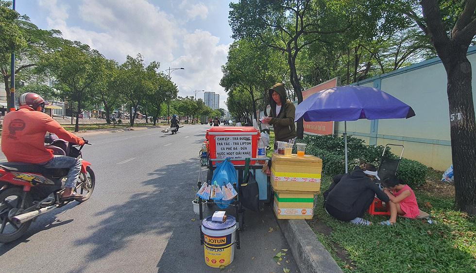 Đánh giày, bán nước mía, nước sâm... kiếm miếng ăn dưới trời nắng nóng - Ảnh 1.